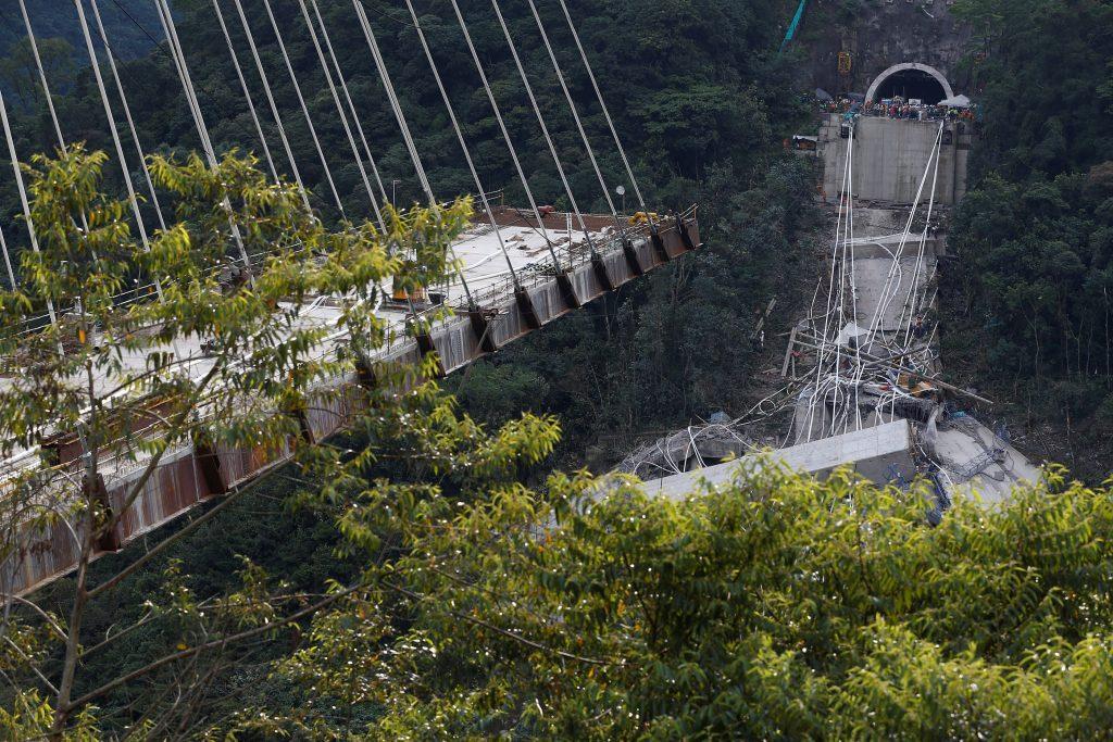 colombia8 1024x683 - Τραγωδία στην Κολομβία: Κατέρρευσε γέφυρα, σκοτώθηκαν εννέα εργάτες – Σοκαριστικές εικόνες - Κολομβία, γέφυρα