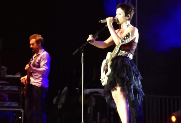 Dolores O'Riordan: Η «εκρηκτική» συναυλία στο Θέατρο Βράχων με τους Cranberries! [vids]   Newsit.gr