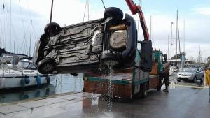 Γυναίκα οδηγός έπεσε στη θάλασσα στη Μαρίνα Καλαμάτας [pics]