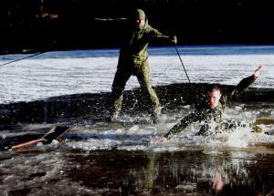 Ο ορισμός του… κομάντο! Στρατιώτης βουτά σε παγωμένη λίμνη