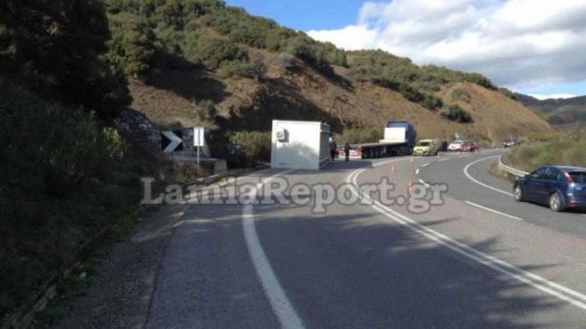 Λαμία: Παραλίγο τραγωδία! Έφυγε το κοντέινερ στη στροφή [pics, vids] | Newsit.gr