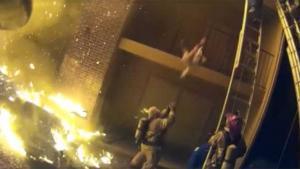 Απίστευτη διάσωση! Πυροσβέστης πιάνει παιδί που πέφτει από τον τρίτο όροφο!