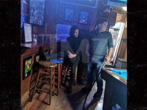 Πήραν… σηκωτό τον «Τζον Σνόου» από μπαρ στη Νέα Υόρκη [vid]