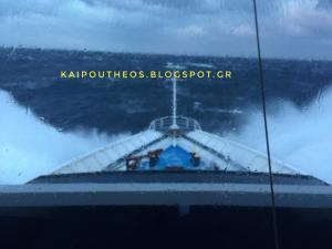 Κυκλάδες: Η στιγμή που πελώρια κύματα σκεπάζουν το πλοίο Άρτεμις – Οι χειρισμοί των καπετάνιων [vid]
