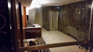 «Ντου» σε εκδοτικό οίκο στο Κολωνάκι – Έσπασαν την πόρτα και τα έκαναν «γυαλιά – καρφιά» [pics]