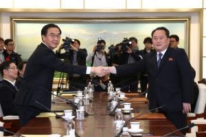 Ιστορική χειραψία – Στο ίδιο τραπέζι Νότια και Βόρεια Κορέα μετά από 2,5 χρόνια [pics, vids]