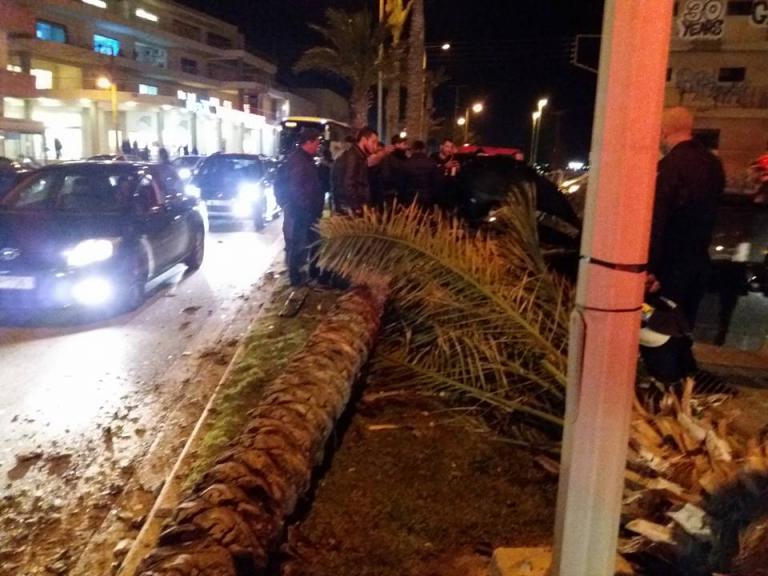 Κρήτη: Σοβαρό τροχαίο στη παραλιακή του Ηρακλείου – Το αυτοκίνητο ξερίζωσε φοίνικες! [pics] | Newsit.gr