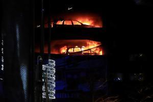 """Ο """"πύργος της Κολάσεως"""" στο Λίβερπουλ – Φωτιά κατέστρεψε αυτοκίνητα"""