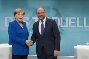 Γερμανία: «Πυρ ομαδόν» κατά Μέρκελ και Σουλτς από τα ίδια τους τα κόμματα