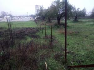 Απίστευτη κλοπή στο Αγρίνιο – Ξήλωσαν την περίφραξη από το νεκροταφείο [pics]