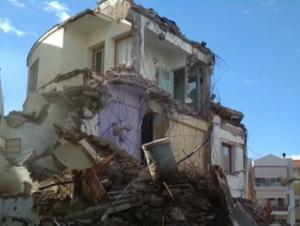 Ναύπλιο: Τέλος εποχής – Η στιγμή που κατεδαφίζεται το ιστορικό ξενοδοχείο των ρόδων [pic, vid]