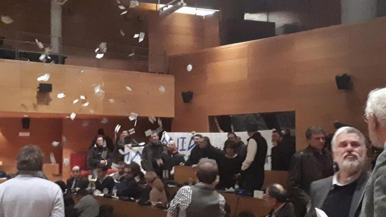 Χαμός στο δημοτικό συμβούλιο της Θεσσαλονίκης: «Ντου» βουλευτών και μελών της Χρυσής Αυγής