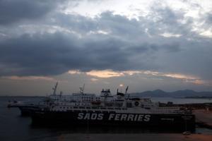 Απίστευτο! Οι άνεμοι παρέσυραν πλοίο στο λιμάνι του Πειραιά!