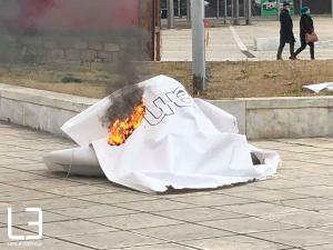 «Ταλιμπάν» έκαψαν πανό θρησκευτικής έκθεσης στη ΔΕΘ [pics, vid]