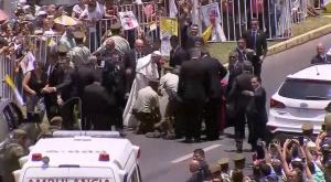 Πάπας Φραγκίσκος: Σταμάτησε την αυτοκινητοπομπή για για βοηθήσει αστυνομικό που έπεσε από το άλογο!