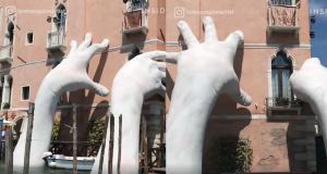 Το γλυπτό της Βενετίας που μεταφέρει ένα ηχηρό μήνυμα