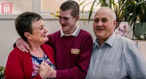 Αν κοιμηθεί ο Liam θα πεθάνει – Χάρη στην υποστήριξη των γονιών του διέψευσε τους γιατρούς