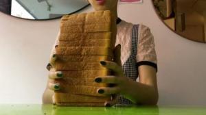 Αυτή η γυναίκα πληρώνεται για να χτυπά το κεφάλι της σε ψωμιά