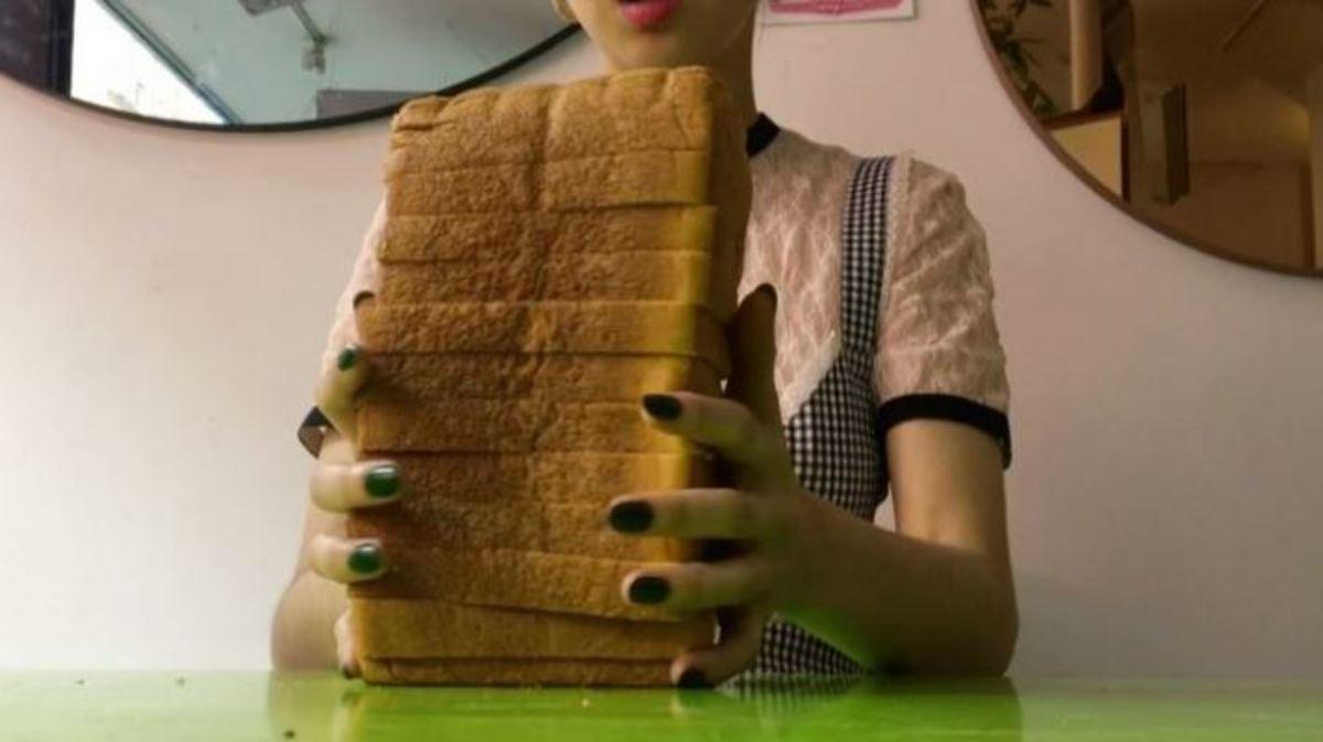 Αυτή η γυναίκα πληρώνεται για να χτυπά το κεφάλι της σε ψωμιά | Newsit.gr