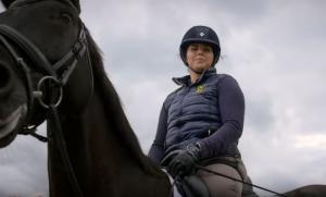 Σοβαρό ατύχημα στέρησε τα δύο πόδια της – Είναι πρωταθλήτρια στην ιππασία