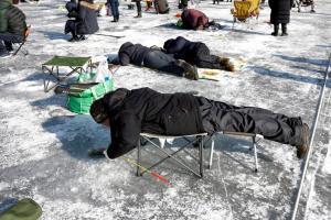 Τι νομίζετε ότι κάνουν έτσι… μπρούμυτα στην παγωμένη λίμνη;