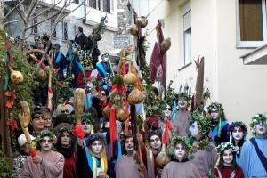 Κέφι και χορός από τους χιλιάδες καρναβαλιστές στα Ραγκουτσάρια