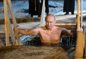 Ατρόμητος Πούτιν – Βούτηξε στα παγωμένα νερά λίμνης για τα Θεοφάνεια
