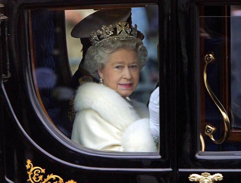 Βασίλισσα Ελισάβετ: Σάλος με τα… εσώρουχά της και μονοπώλιο… γιοκ! | Newsit.gr