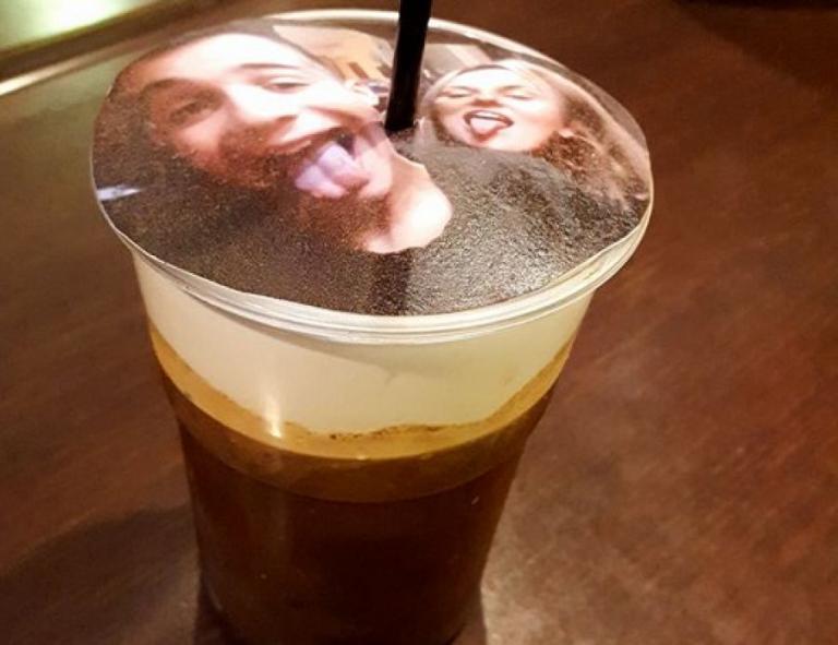 Θεσσαλονίκη: Σέρβιραν καφέ με αφρόγαλα… σέλφι – Κάνει θραύση το «selfieccino» [pics, vid]   Newsit.gr
