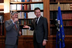 """Παρέδωσε τα """"σκήπτρα"""" και το… καμπανάκι του Eurogroup ο Ντάισελμπλουμ – Αναλαμβάνει ο Σεντένο [pics]"""