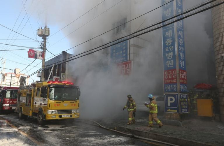 Ανείπωτη τραγωδία στη Νότια Κορέα: Δεκάδες νεκροί σε φωτιά | Newsit.gr