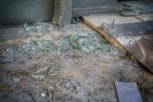 Καταδρομική επίθεση με βαριοπούλες σε ΕΛΤΑ και γραφεία του ΣΥΡΙΖΑ