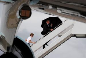 Τραμπ όπως λέμε ιππότης! Πήρε την ομπρέλα και άφησε τη Μελάνια και τον γιο του να βρέχονται