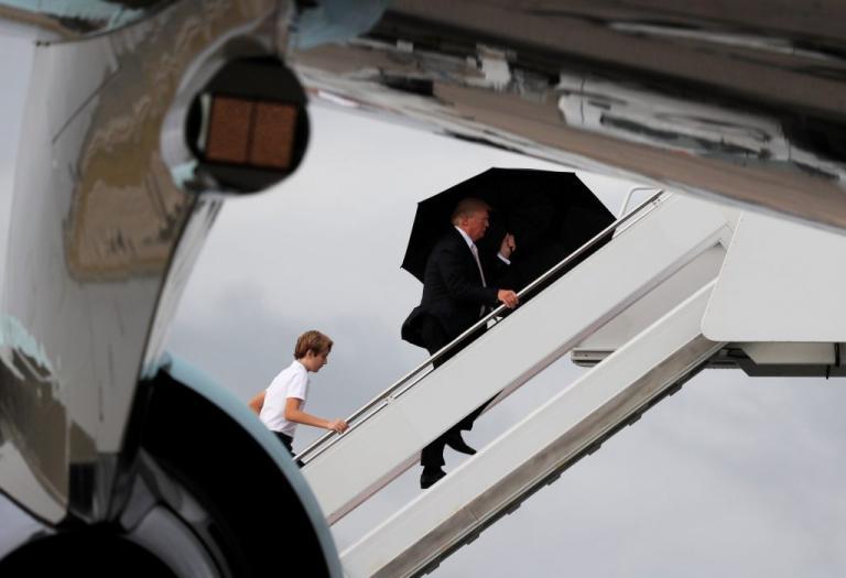 Τραμπ όπως λέμε ιππότης! Πήρε την ομπρέλα και άφησε τη Μελάνια και τον γιο του να βρέχονται | Newsit.gr