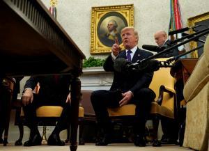 Η στιγμή που ο Τραμπ πετάει έξω από τον Λευκό Οίκο δημοσιογράφο του CNN