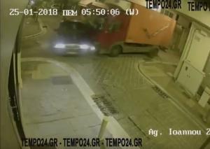 Αχαΐα: Τροχαίο στην κάμερα! Φορτηγό πέφτει πάνω σε αυτοκίνητο [vid]