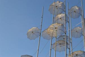Θεσσαλονίκη: Ζημιές από τον δυνατό αέρα στις «Ομπρέλες» του Ζογγολόπουλου