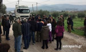 Χίος: Η επέμβαση των ΜΑΤ για τη μεταφορά των οικίσκων – Το μπλόκο των κατοίκων [pics, vid]