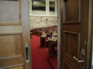 Κατατέθηκε στη Βουλή το πολυνομοσχέδιο – Τι προβλέπει για πλειστηριασμούς, απεργίες και επιδόματα