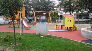 Θεσσαλονίκη: Βανδάλισαν την ολοκαίνουρια παιδική χαρά!