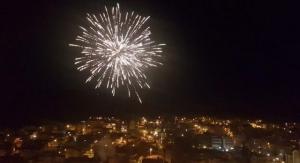 Λάμψη και πυροτεχνήματα σε όλη την Ελλάδα για την υποδοχή του 2018 [vids]