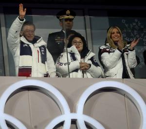 Χειμερινοί Ολυμπιακοί Αγώνες 2018: Στην τελετή λήξης η Ιβάνκα Τραμπ – Η χειραψία με… νόημα του Νοτιοκορεάτη προέδρου
