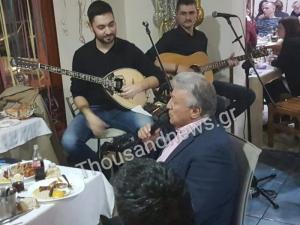 Θεσσαλονίκη: Ο Παναγιώτης Ψωμιάδης έφαγε και μετά τραγούδησε – Οι εικόνες στην ταβέρνα [pics, vid]