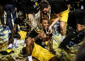 AEK – Ολυμπιακός: Ξέφρενοι «κιτρινόμαυροι» πανηγυρισμοί! «Κάηκαν» τα αποδυτήρια [pics]