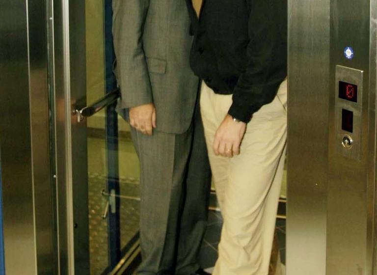 Πάτρα: 22χρονη και 79χρονος έκαναν «όργια» σε ασανσέρ! Χαμός στην πολυκατοικία | Newsit.gr