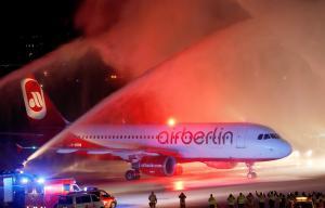 Αεροπλάνα – μινιατούρες της Air Berlin και σοκολατάκια με σχήμα καρδιάς σε δημοπρασία