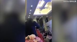 Χαμός σε γαμήλια δεξίωση! Φίλησε τη γυναίκα του γιου του και τον ξυλοφόρτωσε [vid]