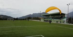 Κρήτη: Διακοπή ποδοσφαιρικού αγώνα λόγω παραπέντε – Η στιγμή της προσγείωσης στο γήπεδο [pic, vid]