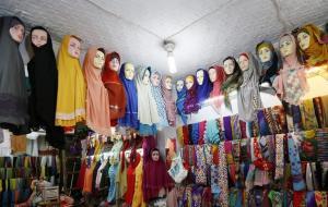 Χειροπέδες σε 30 γυναίκες που πέταξαν τη μαντίλα στην Τεχεράνη