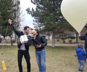 Κοζάνη: Αυτό είναι το κουλούρι Θεσσαλονίκης που έφτασε στη στρατόσφαιρα – Προσγείωση με αλεξίπτωτο [pic]